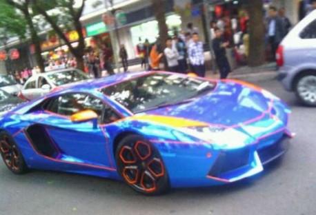 Lamborghini Aventador is shiny blue & orange in China